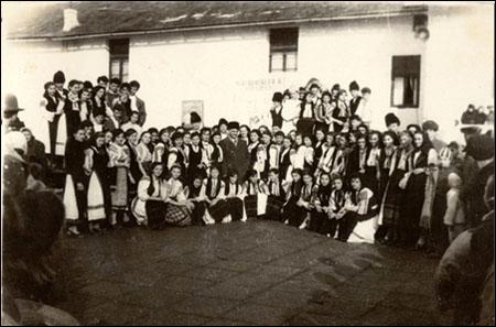 24 ian 1959 UNIREA corul liceului cu prof. HAGEA